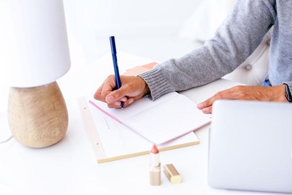 mulher-escrevendo-fundo-branco-clean