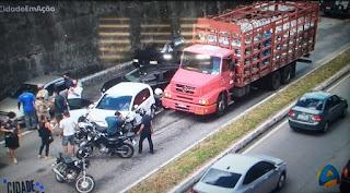 Caminhão, dois carros e duas motos se envolvem em um grave acidente na BR-230