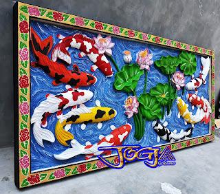 Relief sembilan ikan koi ini dibuat dari lempengan batu alam yang dimana gambar berbentuk timbul atau menonjol dengan pewarnaan cat yang menyerupai seperi lukisan-lukisan dinding pada umumnya bedanya gambar ini dapat disebut Lukisan timbul