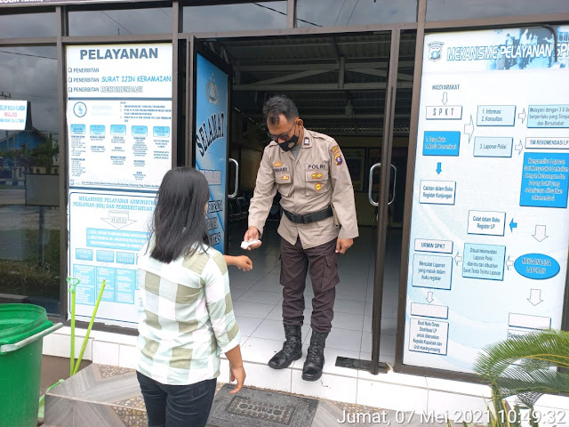 Personel Piket Jaga Perketat Prokes Kepada Pengunjung Saat Masuki Mako Polsek Dusel