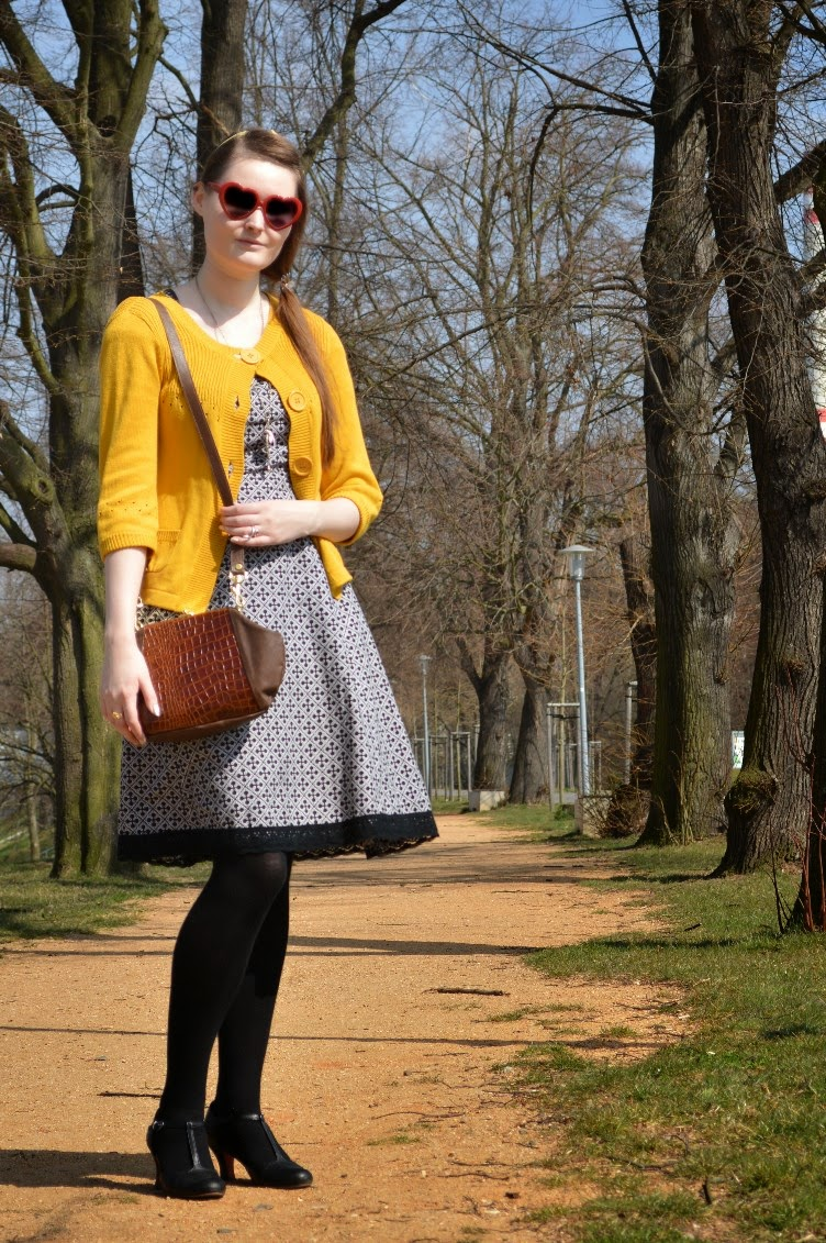 georgiana, quaint, guaintrelle, outfit, oots, secondhand, yellow, sweater, handmade, diy, dress, lolita, black, tights, Tamaris, T strap, shoes, pumps, 1940s, vintage, purse