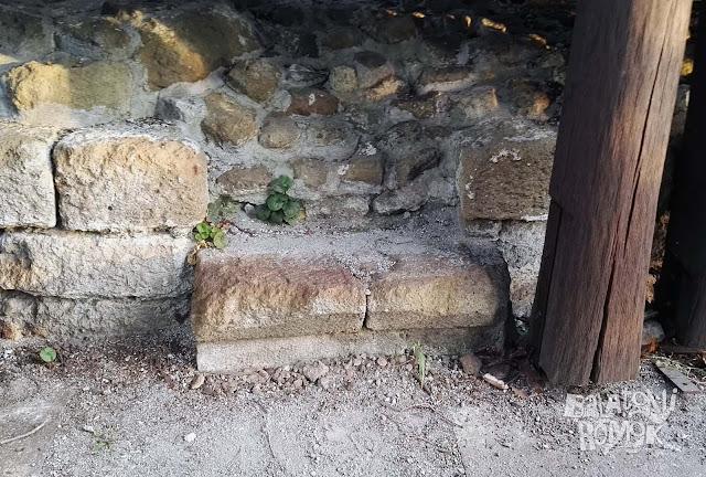Faragott kő, kövek a fa kilátó alatt.