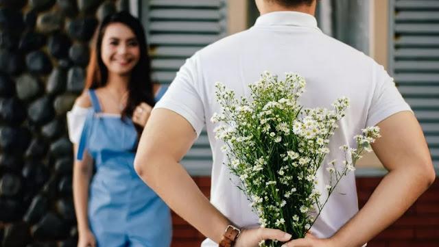 Ramalan Zodiak Hari Ini, Aquarius: Cie, Hari Ini Kok Romantis Banget Sih?!
