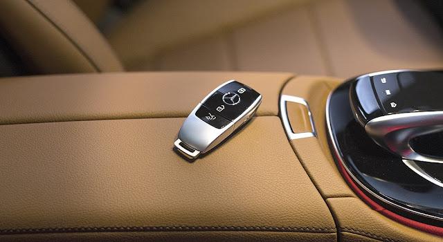 Chìa khóa Mercedes E300 AMG 2019 được thiết kế bắt mắt giống như một món phụ kiện trang sức