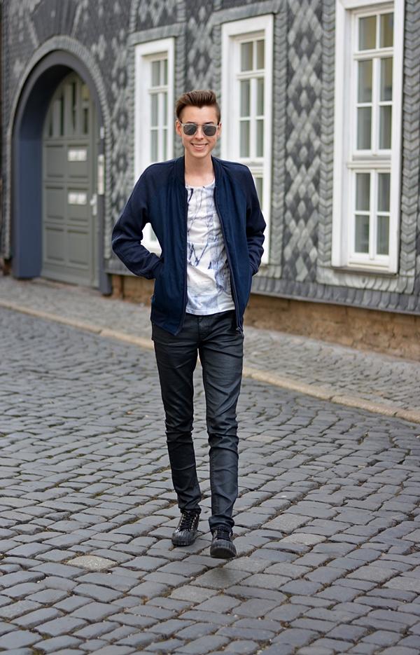 Modeblogger in Erfurt vor Kacheln blau