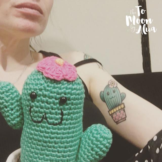 foto con mi amigurumi y mi tattoo cáctus