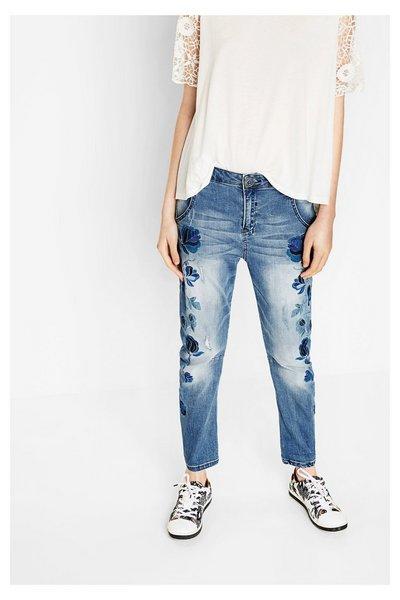 jeansy boyfriendy z kwiatowymi haftami Desigual, hiszpańska marka, nowości modowe na lato 2017