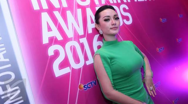 "Zaskia Gotik Menghadiri Even Bergengsi ""Intertainment Award 2016"""