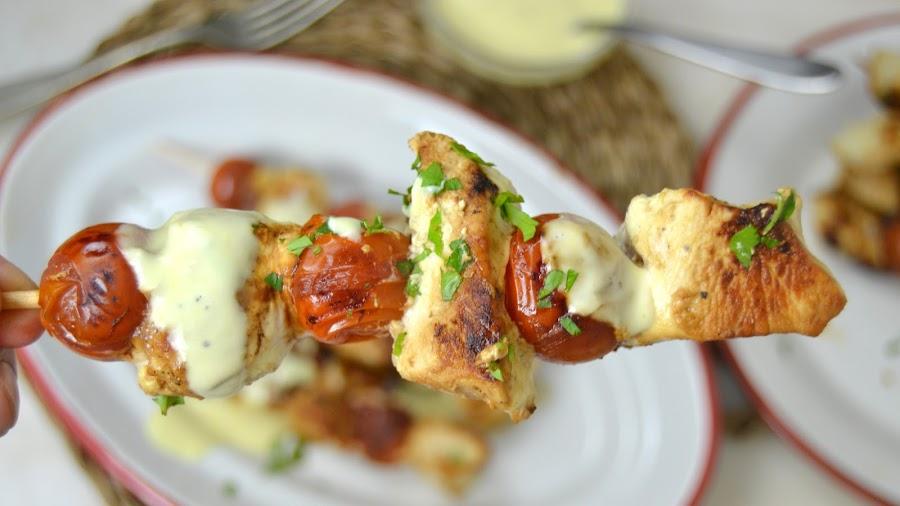 Brochetas de pollo con miel y mostaza