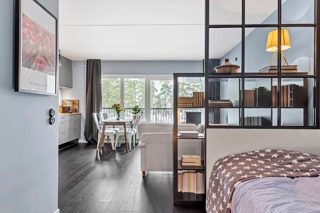 Plan deschis și dormitor la intrare într-o garsonieră de 39 m²