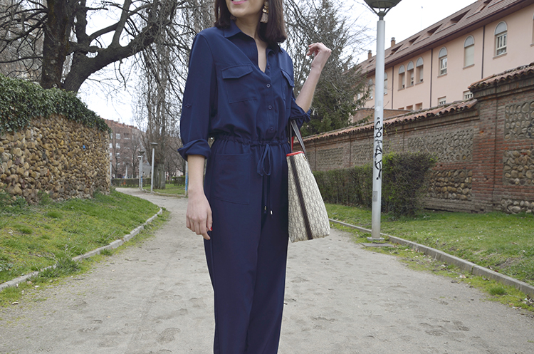 mono_azul_blue_jumpsuit_silver_sandals_look_outfit_trends_gallery