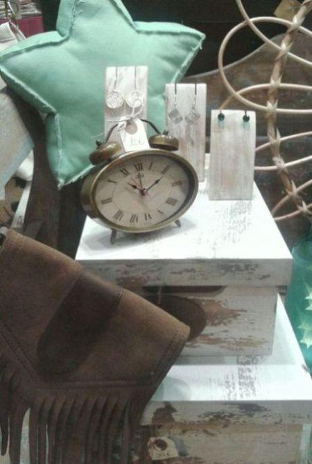 Bolso flecos, reloj y cajas vintage, cojín estrella y pendientes varios.