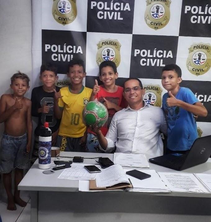 Crianças procuram delegacia após vizinha tomar bola e ganha uma nova de presente do delegado
