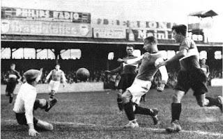 """Austria Wien - Rapid Wien 3-5 del 6 settembre 1931, giocata all'Hohe Warte, stadio del First Vienna. Sindelar nell'azione del gol delle """"violette"""", al 70° minuto. All'83', Sindelar fu espulso. Per il Rapid, quattro reti per Josef Bican, stella emergente del calcio austriaco."""