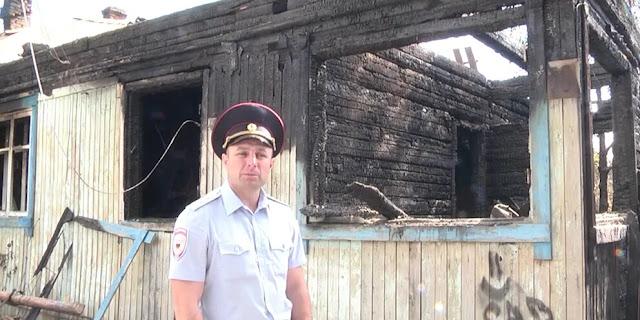 Полицейский спас мать с четырьмя детьми и старушку из горящего дома