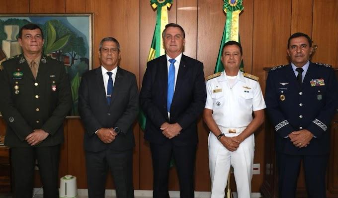 Bolsonaro apresenta os três novos comandantes das Forças Armadas