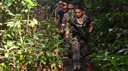 REGU PENYELAMAT : Anggota tim penyelamat mengambil bagian dalam upaya pencarian pada hari Senin  Gambar dari CNN COM