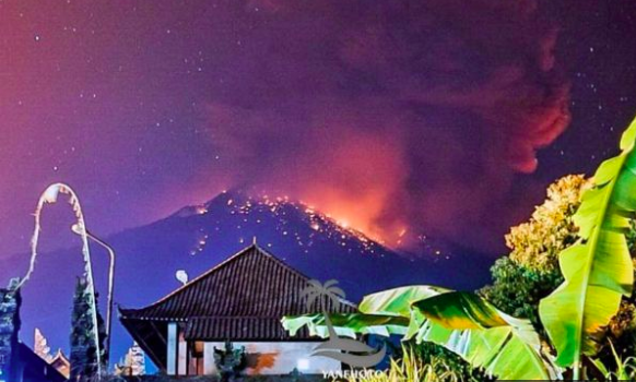 Gunung Agung Erupsi,Muntahkan Lava dan Bebatuan Sejauh 3km