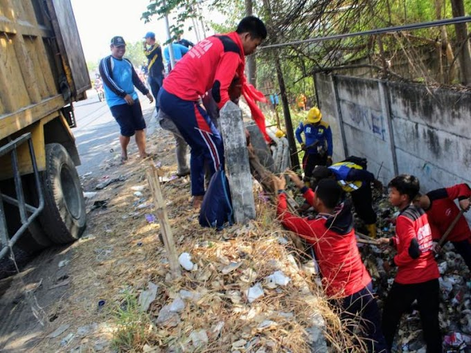 Asyiknya Bersih-Bersih Kali Lamong, Mengejar Sampah hingga Bergelantungan di Jembatan