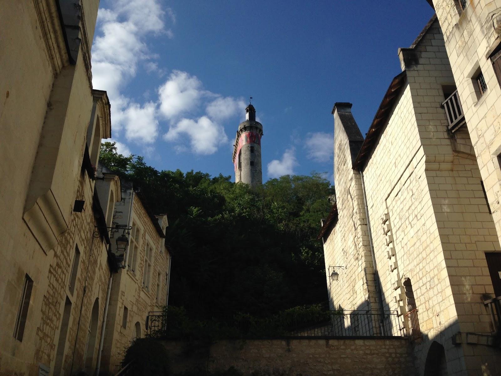 trasa rowerowa nad Loarą, zamek w Chinon, widok na wieżę