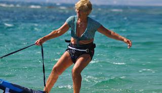 Ελληνίδα σέρφερ ετών 81 (Βίντεο)