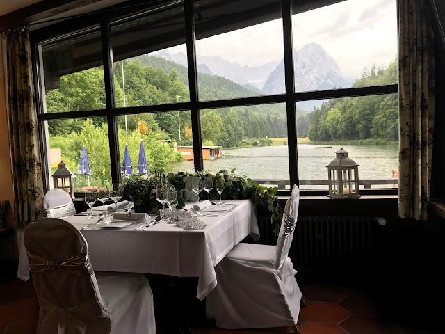 Privates Hochzeitsdinner mit Bergblick im Jagdstüberl im Seehaus, Hochzeit zu Dritt, kleine Familienhochzeit, Riessersee Hotel Garmisch-Partenkirchen, Bayern, freie Trauung