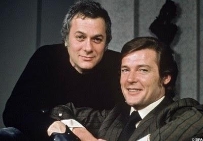 Tony Curtis et Roger Moore dans Amicalement votre