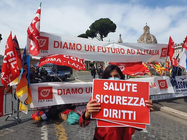 """ALITALIA: LAVORATORI IN PIAZZA A ROMA, """"SERVE PIANO RILANCIO, SETTORE NON PUÒ MORIRE"""""""