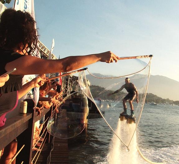Performance Bolhas Gigantes se apresentou durante o Ilha Bela Sunset em Ilha Bela SP.