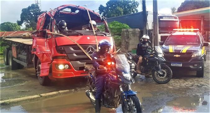 VÍDEO: PRF flagra motorista utilizando capacete para conduzir caminhão acidentado