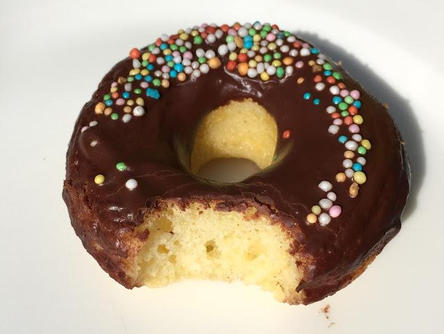 Angebissener Schokoladen-Donut