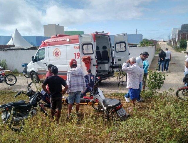 Vídeo mostra colisão entre duas motos que deixa dois feridos em Santa Cruz do Capibaribe