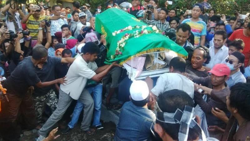 Jenazah Freddy Budiman diantar ribuan warga ke pemakaman