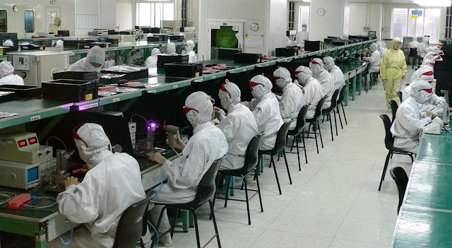 Η Apple δέχεται έντονη κριτική για το εργοστάσιο του iPhone