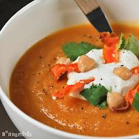 Crema de zanahorias y jengibre con yogur y chips