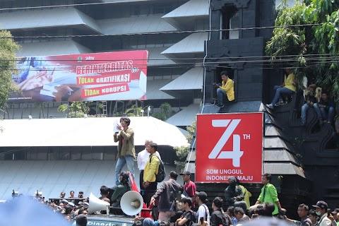 Bacakan Press Release di hadapan Gubernur Jateng, Koordinator Aksi: Orde Baru Tidak Pernah Benar-Benar Mati