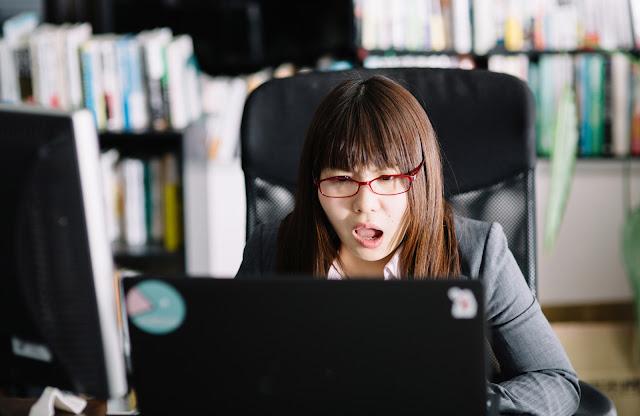 複雑なJavaScriptに絶望する女性