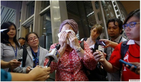 Gambar-Gambar Bangkai Pesawat MH17 Di Lokasi Kejadian