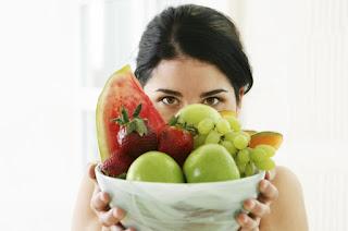 Makan buah sebelum atau sesudah makan nasi.