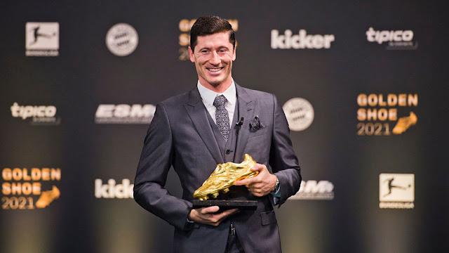 Robert Lewandowski pictured with the golden boot