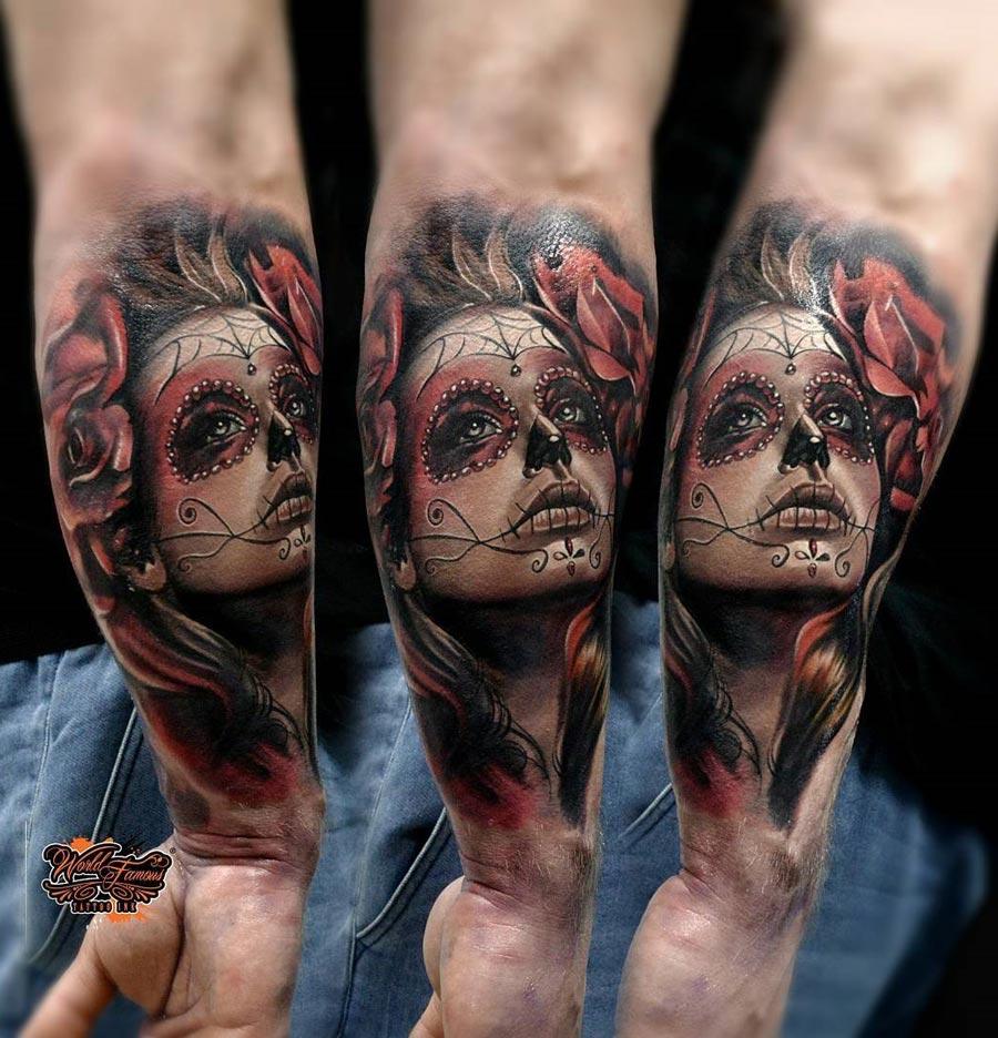 Vemos la imagen de un brazo de hombre que lleva tatuaje de una catrina en 3d