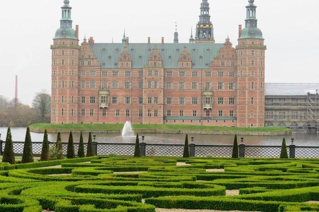Copenhagen in winter: The palace gardens at Frederiksborg Castle
