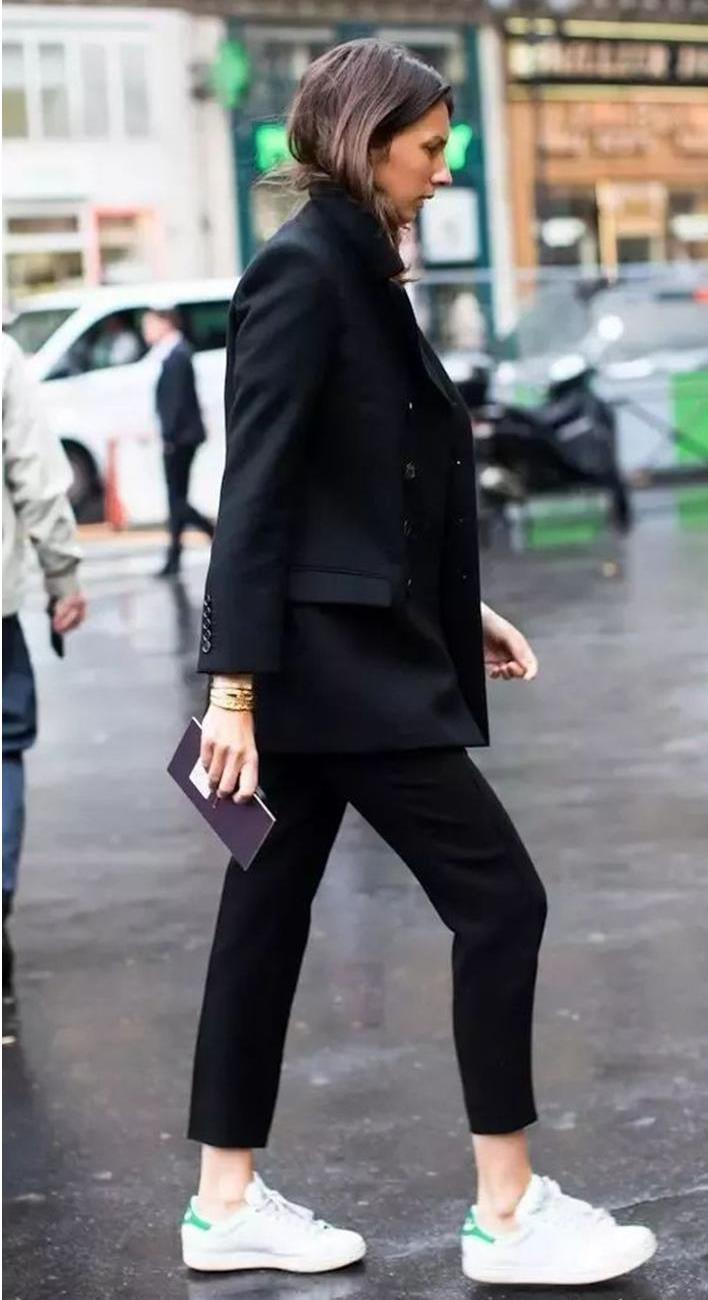 stylish look | black suit + white sneakers + clutch