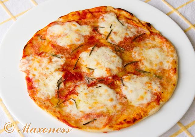 Пицца с моцареллой и розмарином от Гордона Рамзи