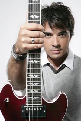 Foto de Luis Fonsi con su guitarra