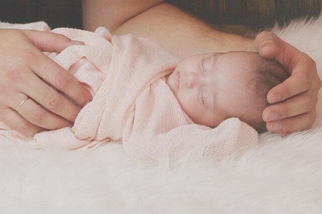 bebe recién nacido en brazos