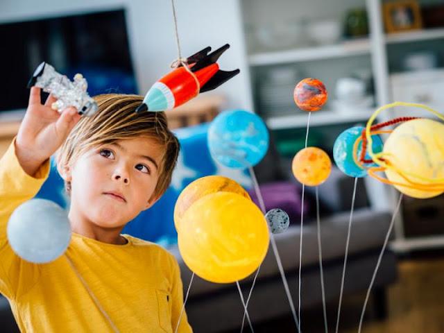 Los beneficios de que los niños hablen solos mientras juegan