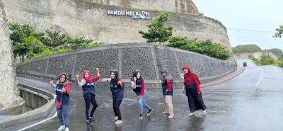 Alumni SMPN 2 Malang di Pantai Melasti Ungasan