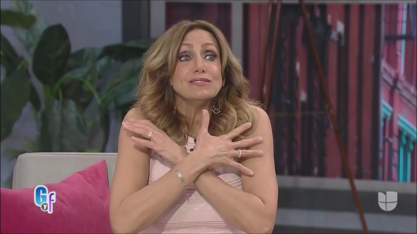 Lili estefan stripped her legs in this white shorts next to her pool