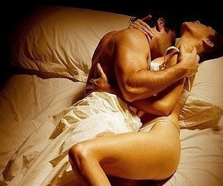 [uomo e donna nel letto che fanno sesso, amore e provano piacere tra le lenzuola]